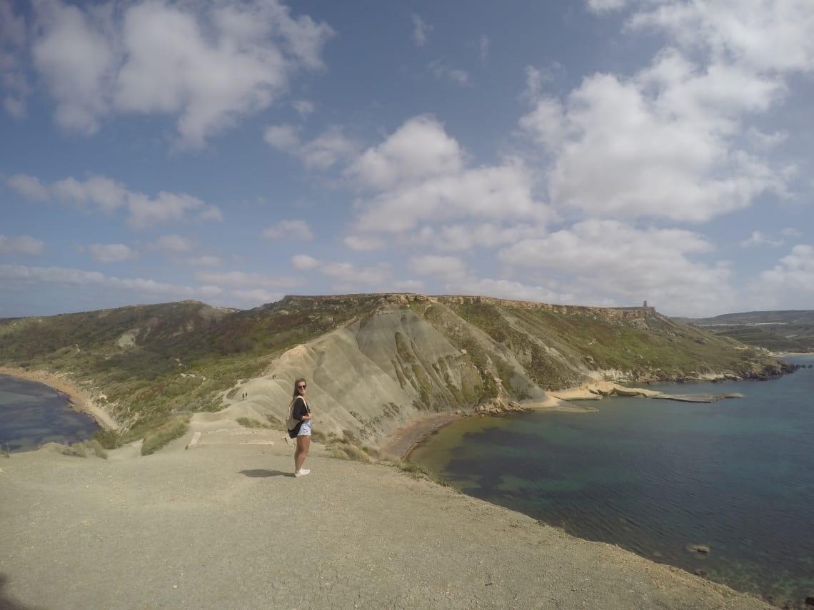 mulher viajante conhece praias da Europa