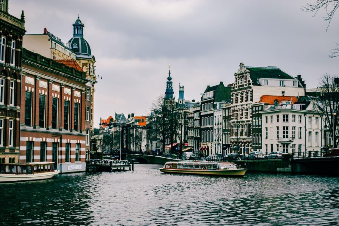 Amsterdã é uma cidade muito charmosa e muitos viajantes amam