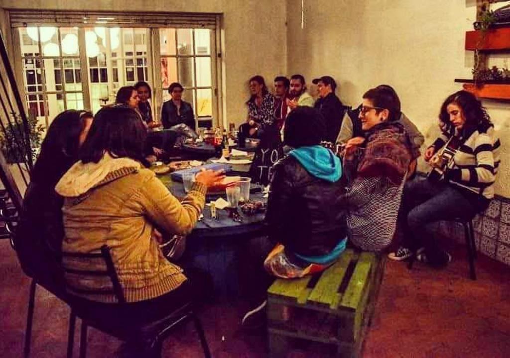 hóspedes e voluntários do Ananta Hostel em um roda de conversa
