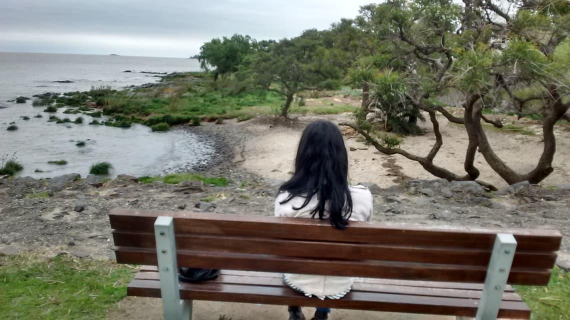 mujer-viajando-sola-por-las-playas-de-uruguay