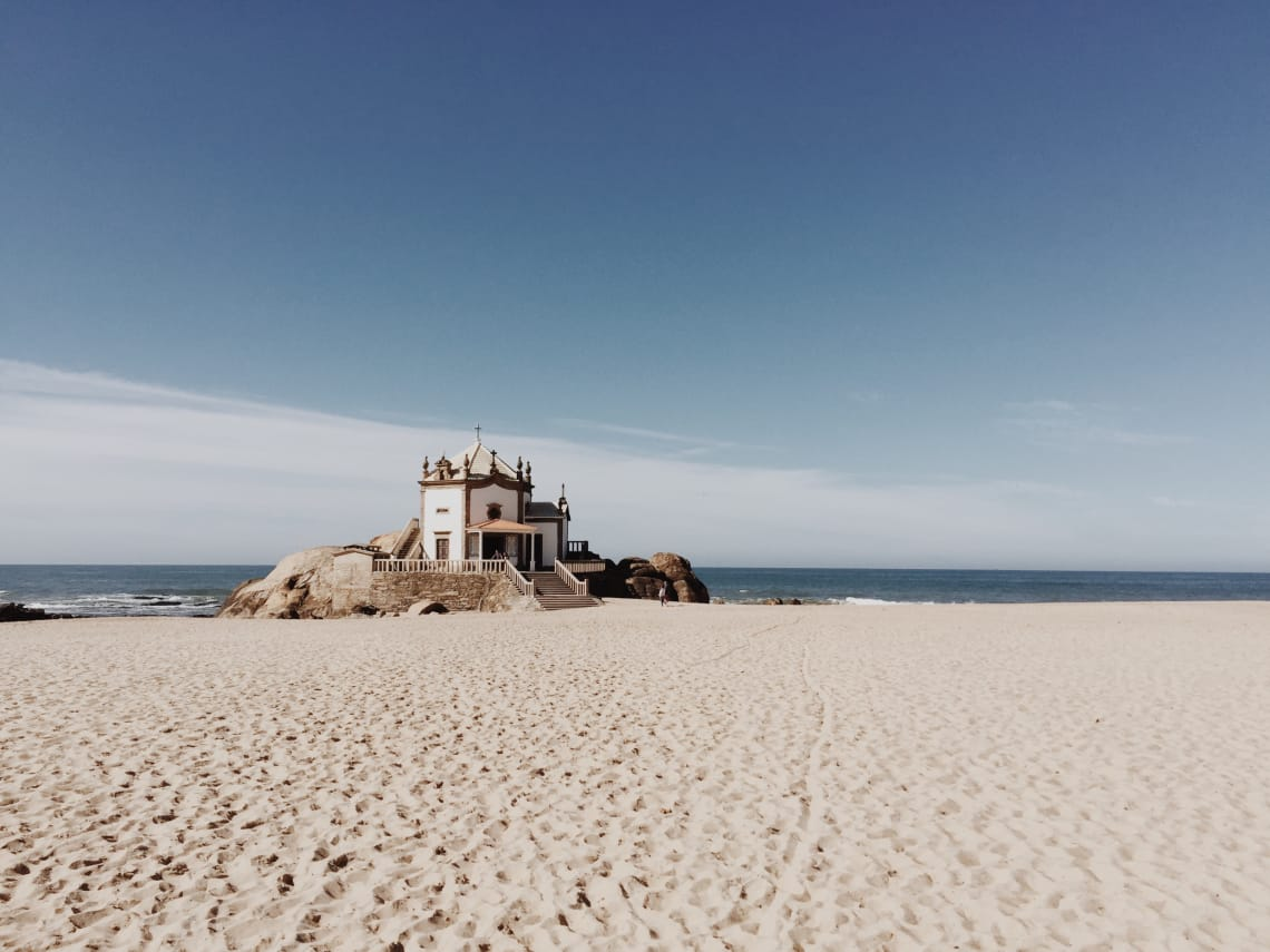 Considerado um dos países mais seguros do mundo, praia em Portugal encanta muitos turistas