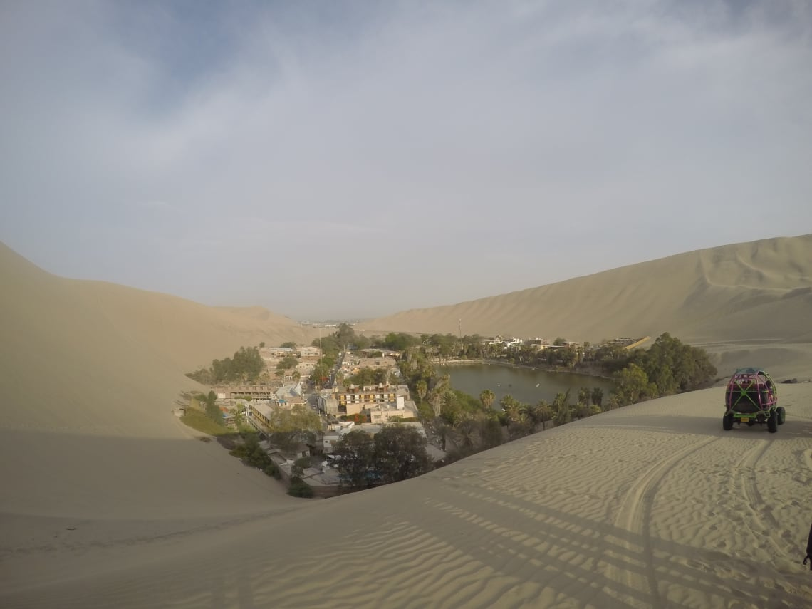 Cidade no meio do deserto que conheci durante meu mochilão por Peru, Bolívia e Chile
