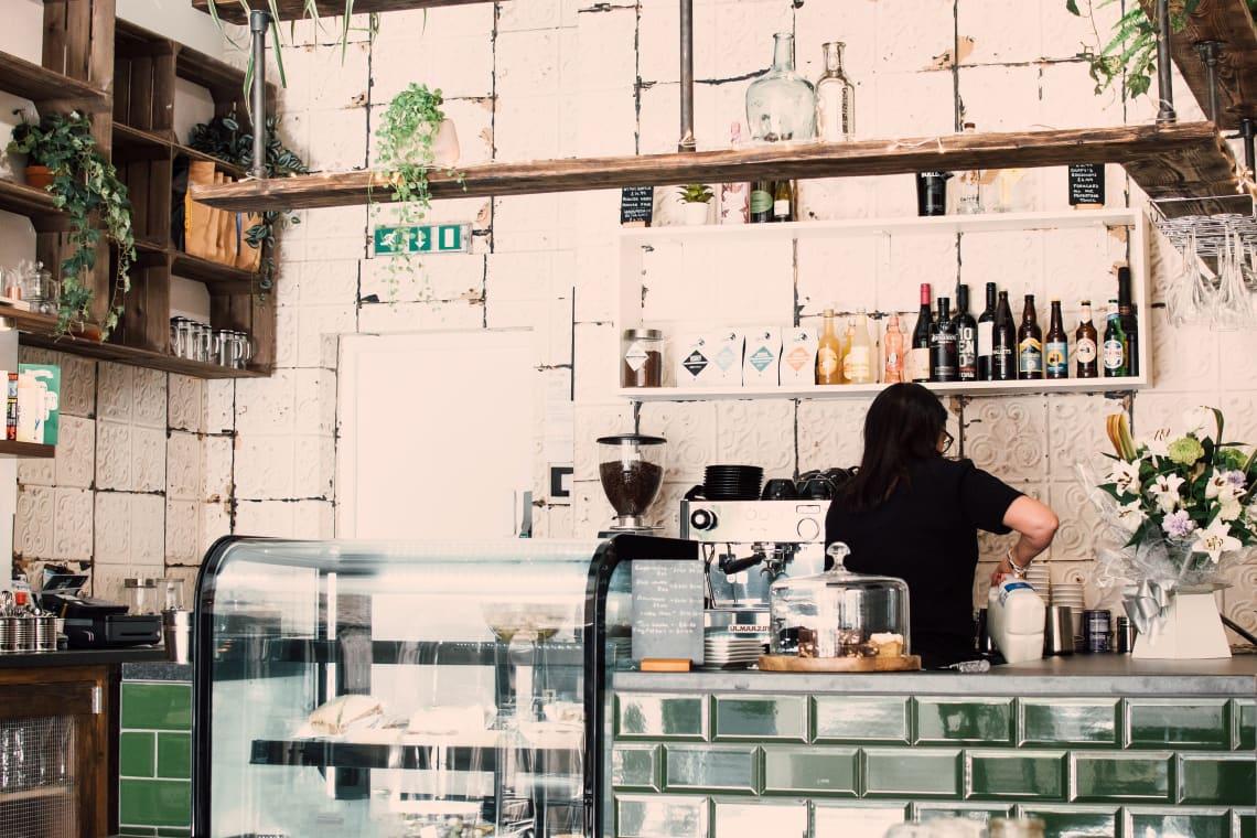 trabalhar em bar é uma forma de ganhar dinheiro viajando