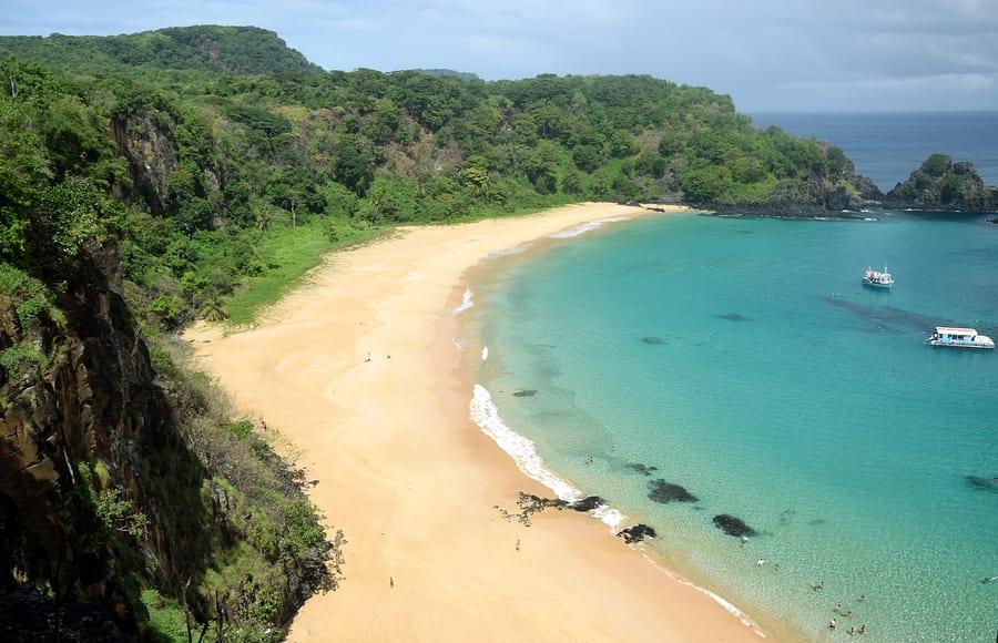 turistas curtem a vista da praia do sancho em fernando de noronha