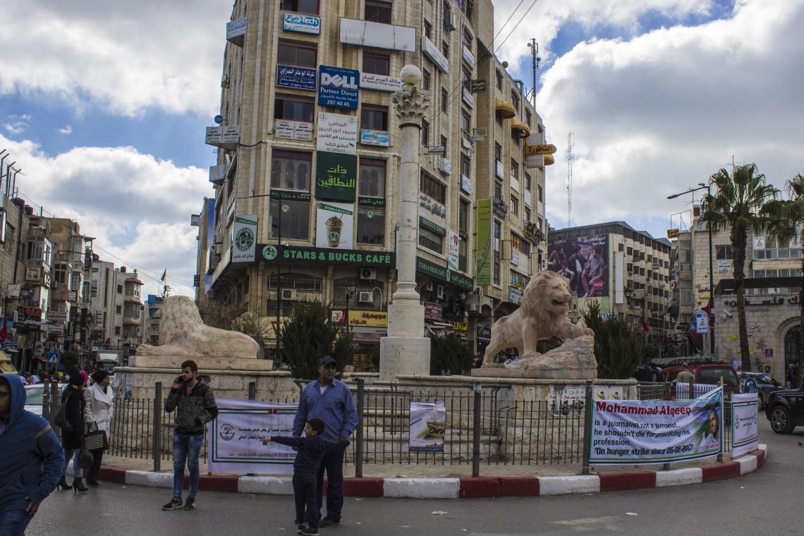 Praça na Palestina com estátua de leões