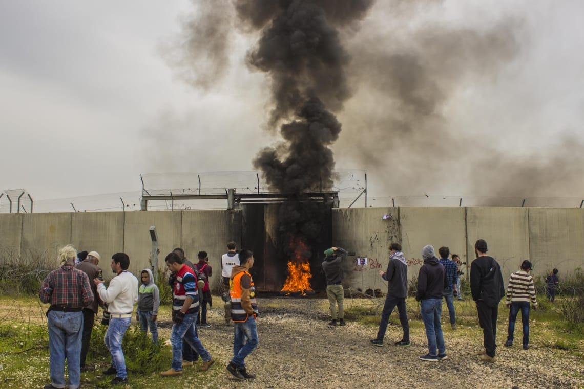 Manifestação da população de Bil'in diante do portão que leva a assentamento judeu