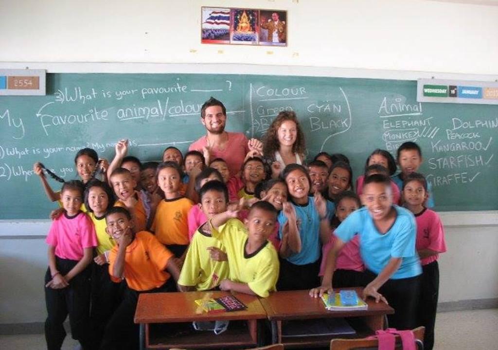 Voluntários dando aula de inglês para crianças em projetos sociais na Tailândia