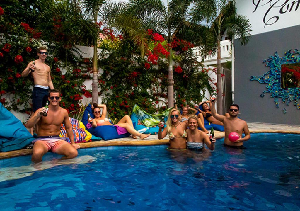 ¿Cuál es el voluntariado perfecto de acuerdo a tu signo? - worldpackers viajeros en piscina en hostal