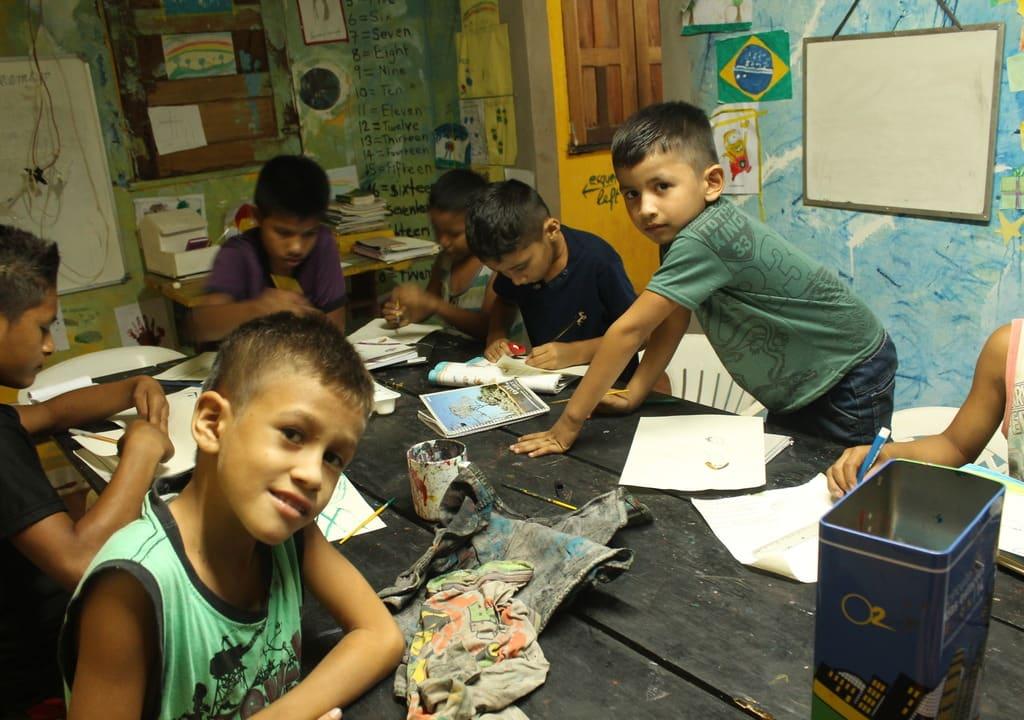 alunos brincam em sala de aula de projeto social no Amazonas