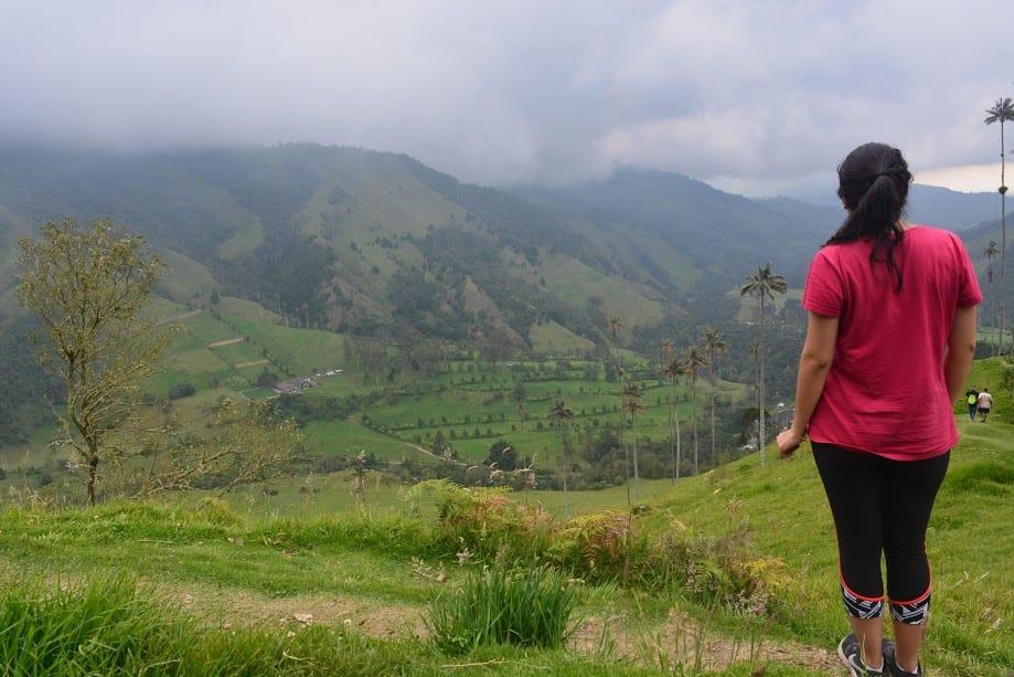 Marcela mirando el paisaje