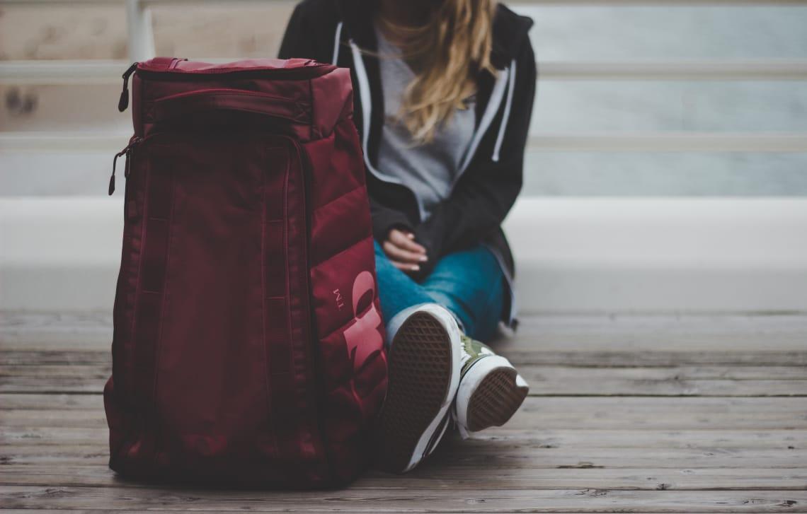 uma dica para viajar sozinha é carregar uma mala leve
