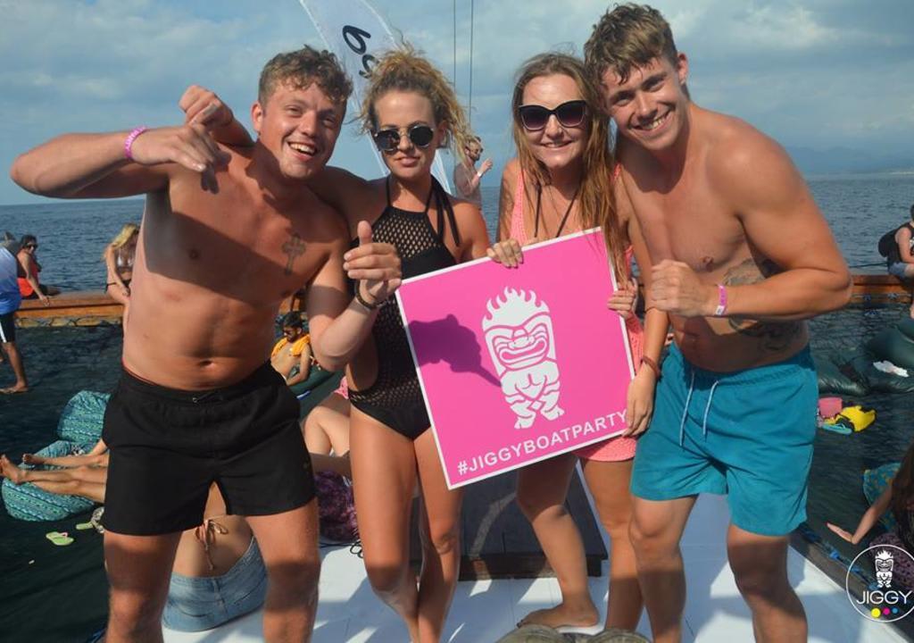 ¿Cuál es el voluntariado perfecto de acuerdo a tu signo? - worldpackers viajeros en fiesta en bote