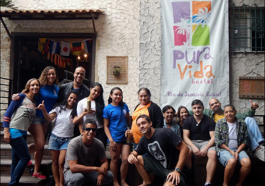 voluntarios worldpackers reunidos no pura vida hostel no rio de janeiro