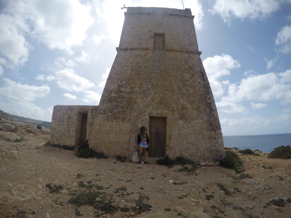 garota viajante conhece ruinas historicas em Malta