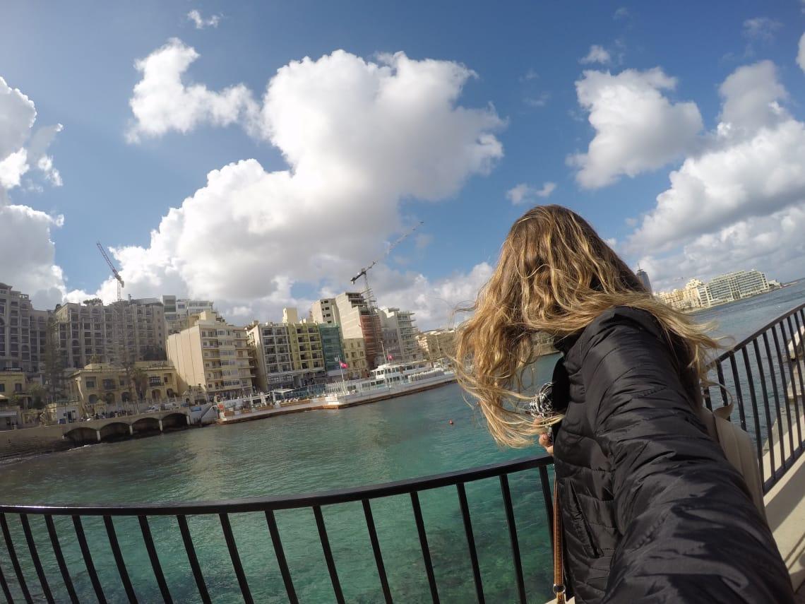 mulher viajando sozinha em malta