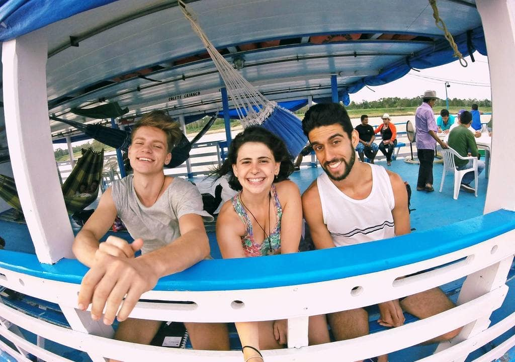 tres voluntarios da worldpackers pegando barco que leva até a cidade de Itacoatiara na Amazonia