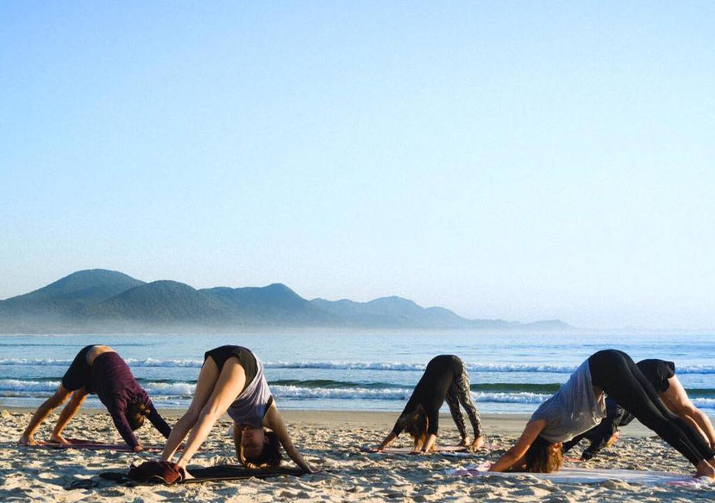 voluntárias praticando yoga no Rosemary Dream
