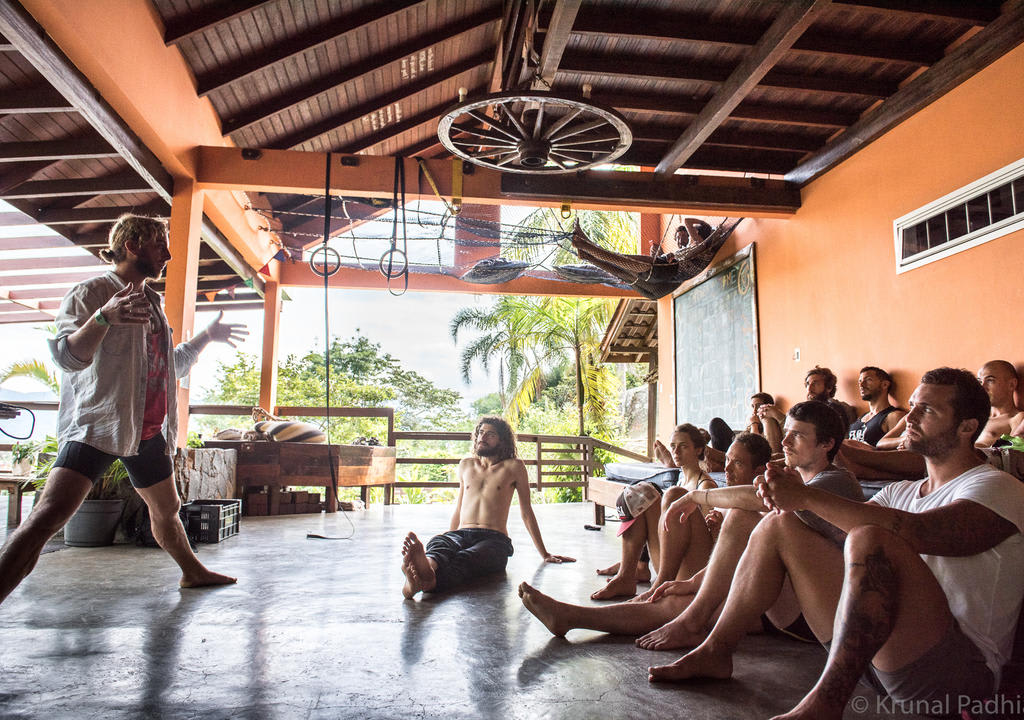voluntarios aprenden sobre permacultura en centro holistico en Brazil