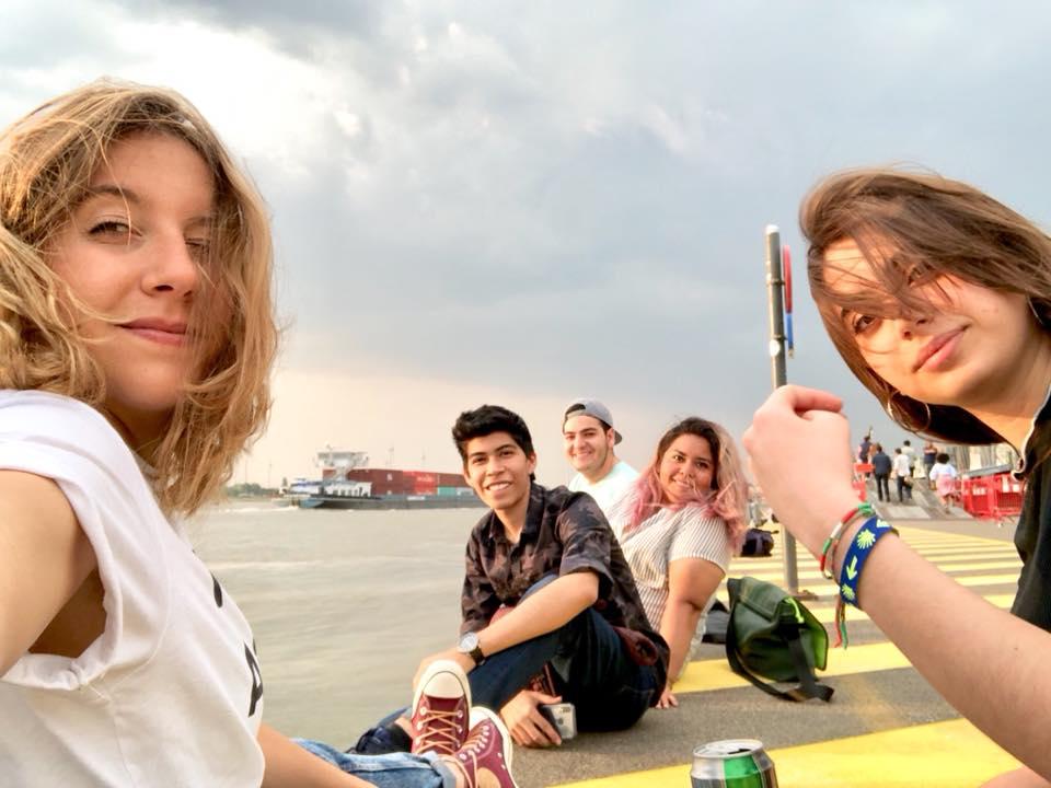 Mi primera experiencia haciendo un voluntariado en Bélgica - Worldpackers - viajeros en Bélgica sentados tomando cerveza