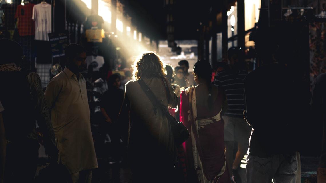 mulher conhecendo a cidade e seguindo dicas para viajar sozinha