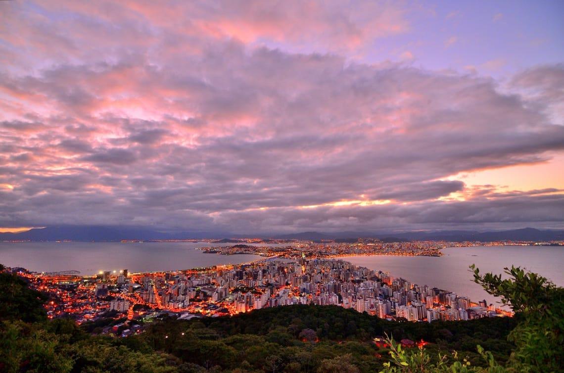 Quer viajar sozinha e não sabe para onde? Florianópolis é uma opção