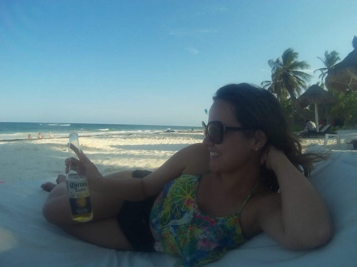 voluntária no mar claro de Cancún