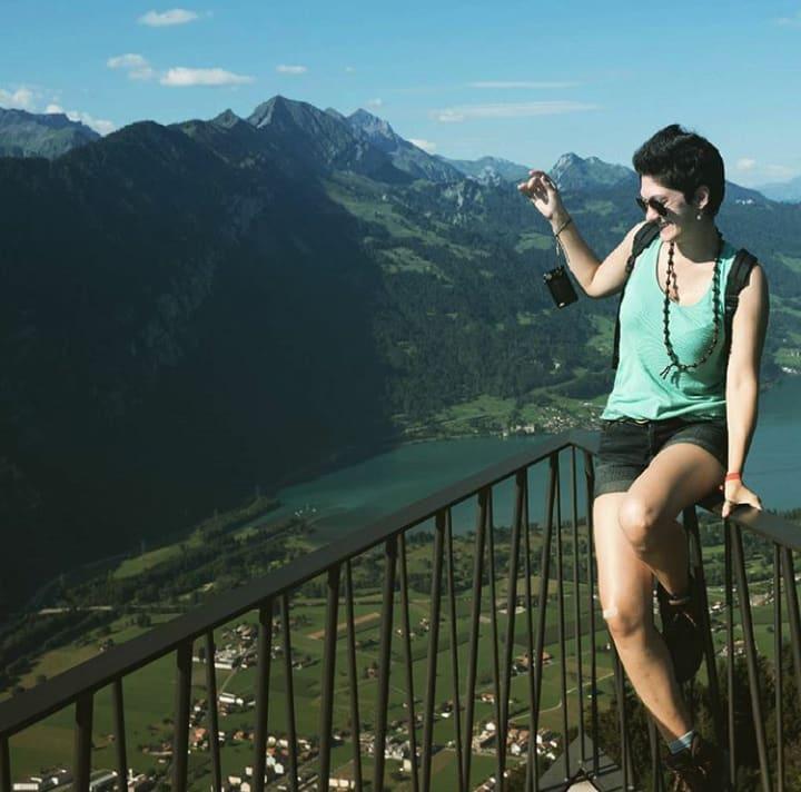 chica-viajando-sola-por-interlanken-en-suiza