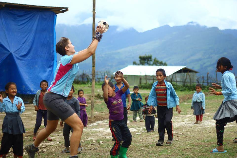 voluntariado jugando con niños en comunidad local en asia