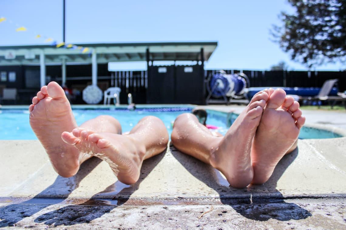 Descubre cómo viajar sin pagar alojamiento - Worldpackers - viajeros en la piscina de un hostal