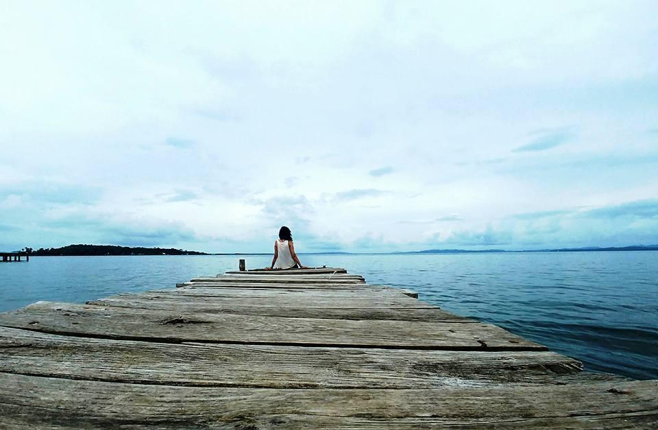 La alegría de viajar sola por Latinoamérica - Worldpackers - mujer viajera sola en laguna