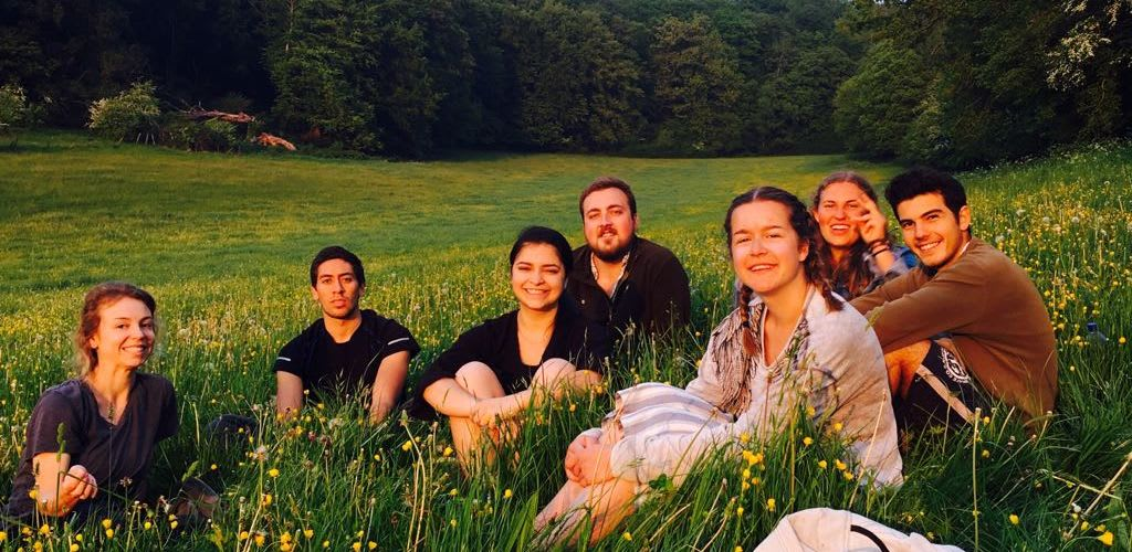 Amanda Bernardes viajando como voluntaria pela Europa