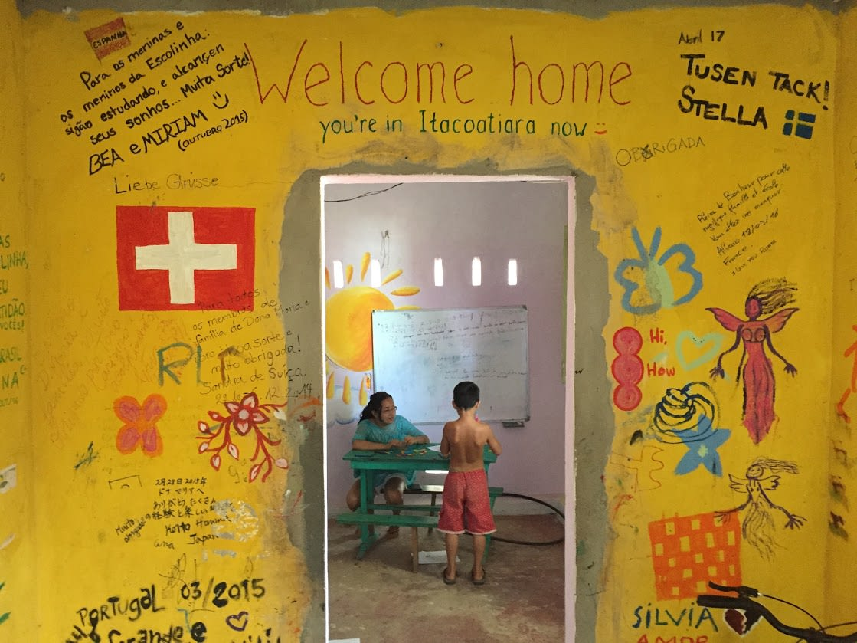 Paula Satie faz trabalho social como professora na Amazonia