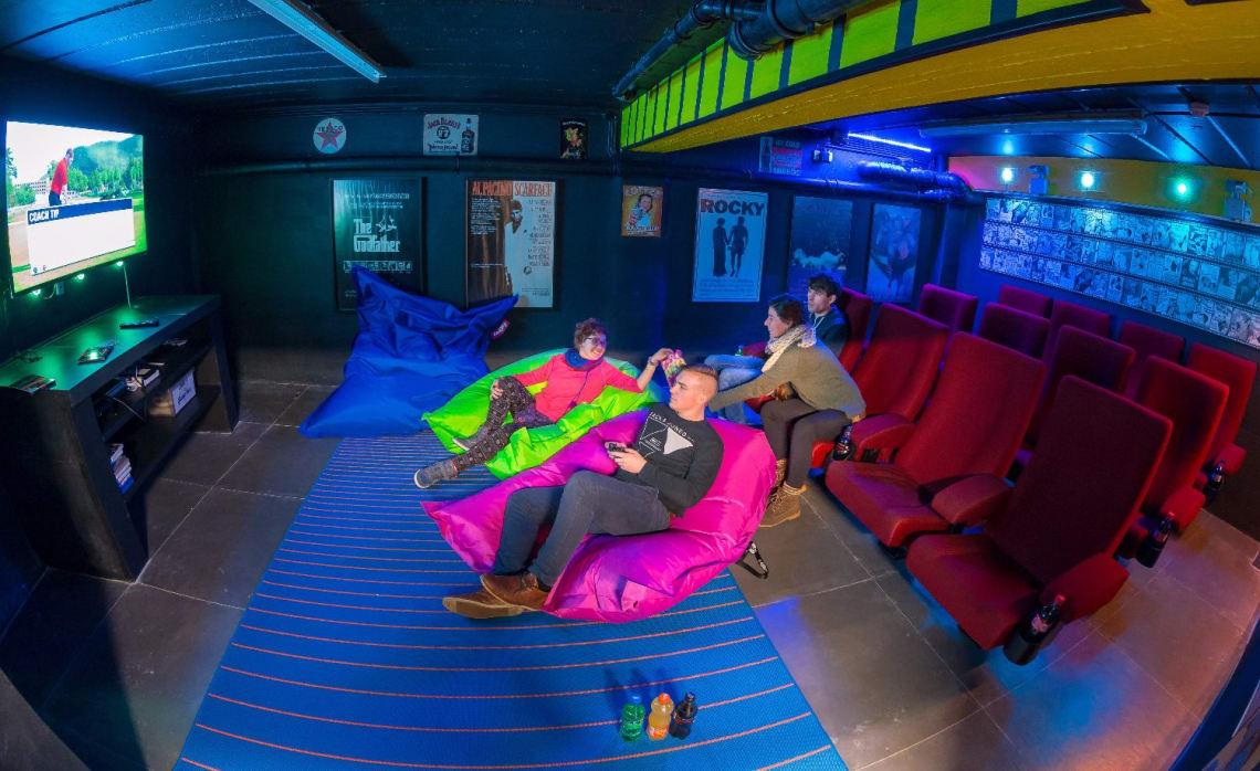 Sala de cinema do Cube Hostel