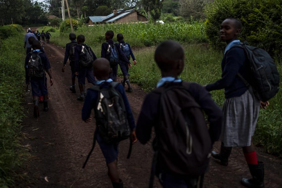 Caminando hacia la Escuela Primaria de Makuyu