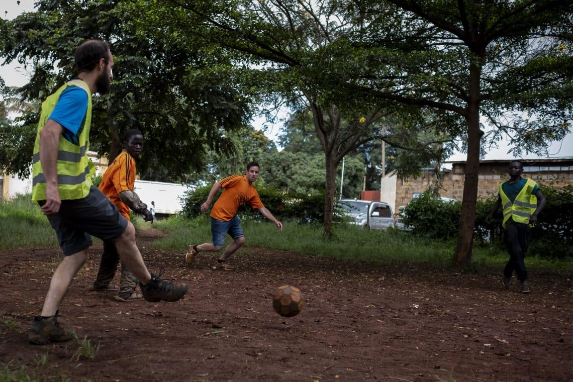 Jugando fútbol con niños que viven en la calle
