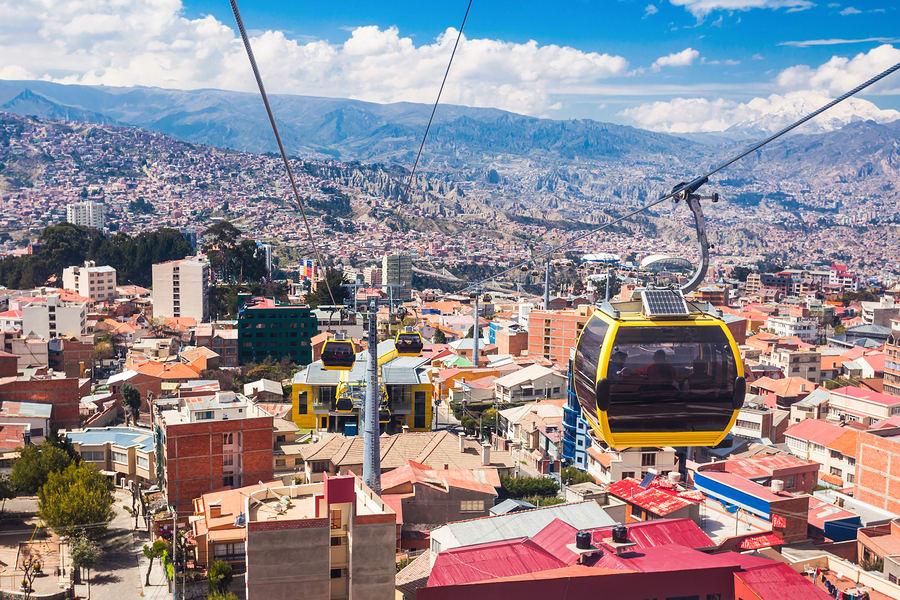 16 cosas que tienes que hacer en Bolivia - Worldpackers - subiendo funicular en La Paz