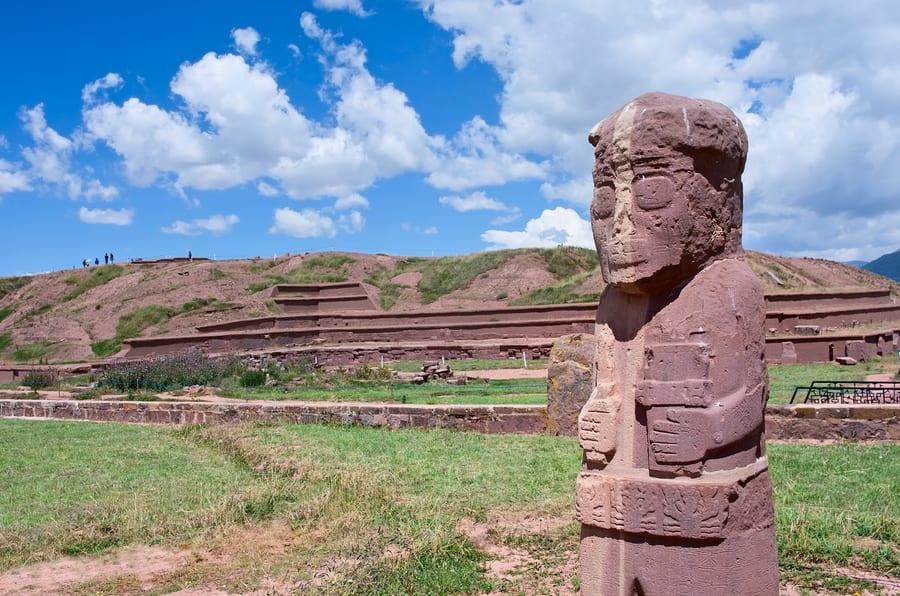 16 cosas que tienes que hacer en Bolivia - Worldpackers - Tiwanaku estatua