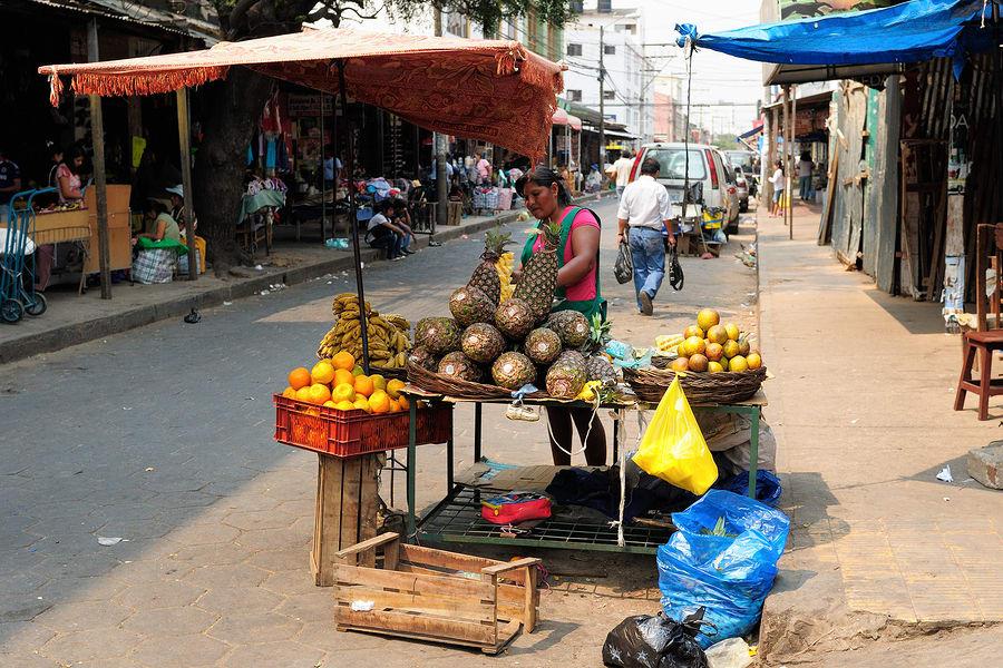 16 cosas que tienes que hacer en Bolivia - Worldpackers - vendedora ambulante de comida en Bolivia
