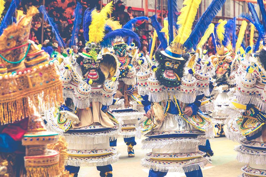16 cosas que tienes que hacer en Bolivia - Worldpackers - trajes del carnaval de Oruro