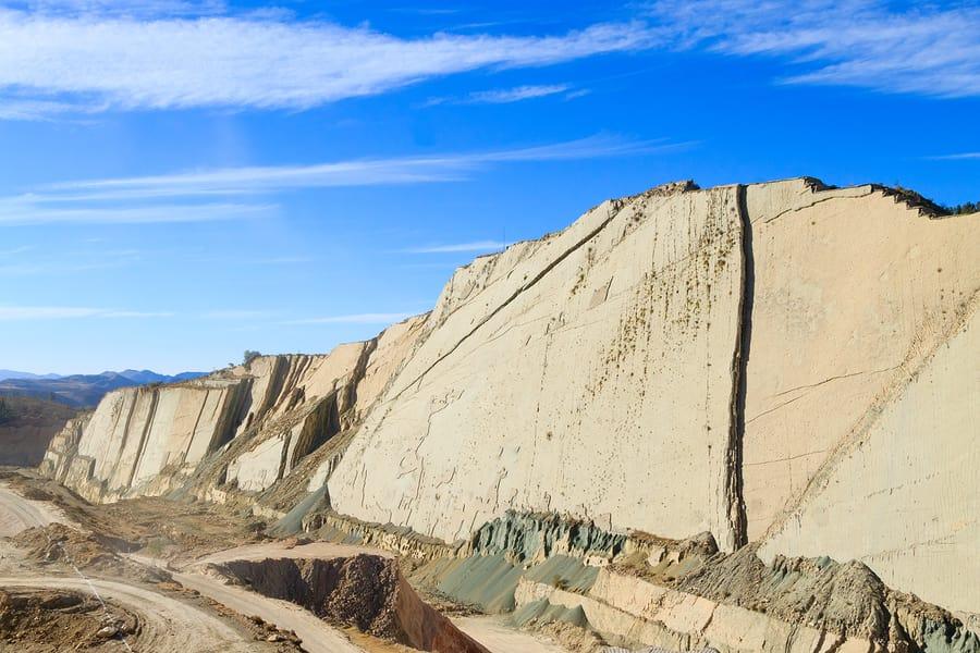 16 cosas que tienes que hacer en Bolivia - Worldpackers - montaña con huellas de dinosaurio en Bolivia