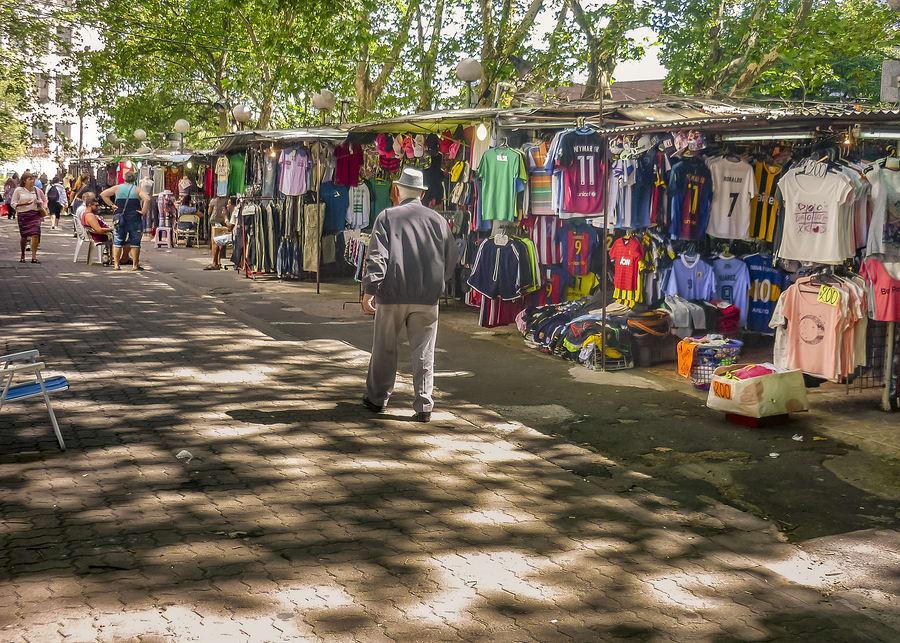 Feira de Tristán Nervaja, muito típica em Monevidéu, Uruguai