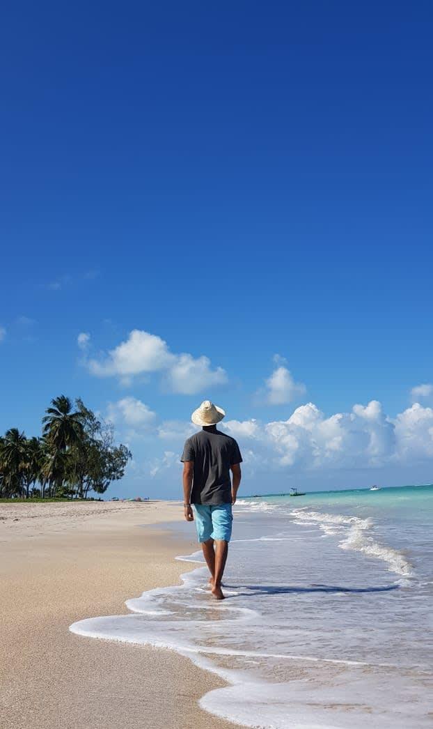 Caminhando pela praia de Antunes, divisa entre Alagoas e Pernambuco