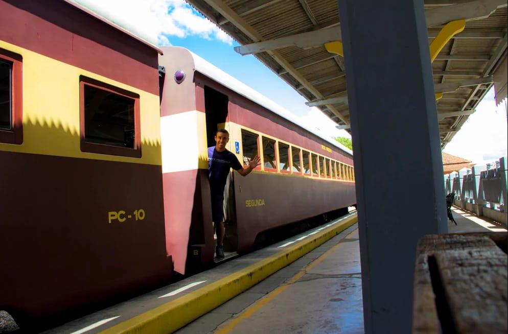 Tiago em plataforma de trem em Minas Gerais