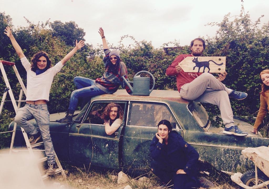 Coletivo de viajantes em comunidade colaborativa no sul da França