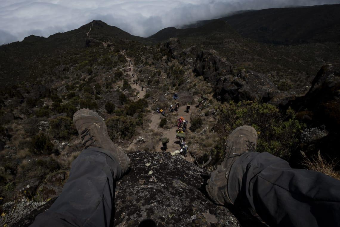 Kilimanjaro: hacer el trekking más alto de África - Worldpackers - viajero subiendo el kilimanjaro