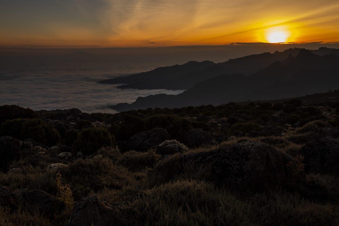 Kilimanjaro: hacer el trekking más alto de África - Worldpackers - atardecer en el kilimanjaro