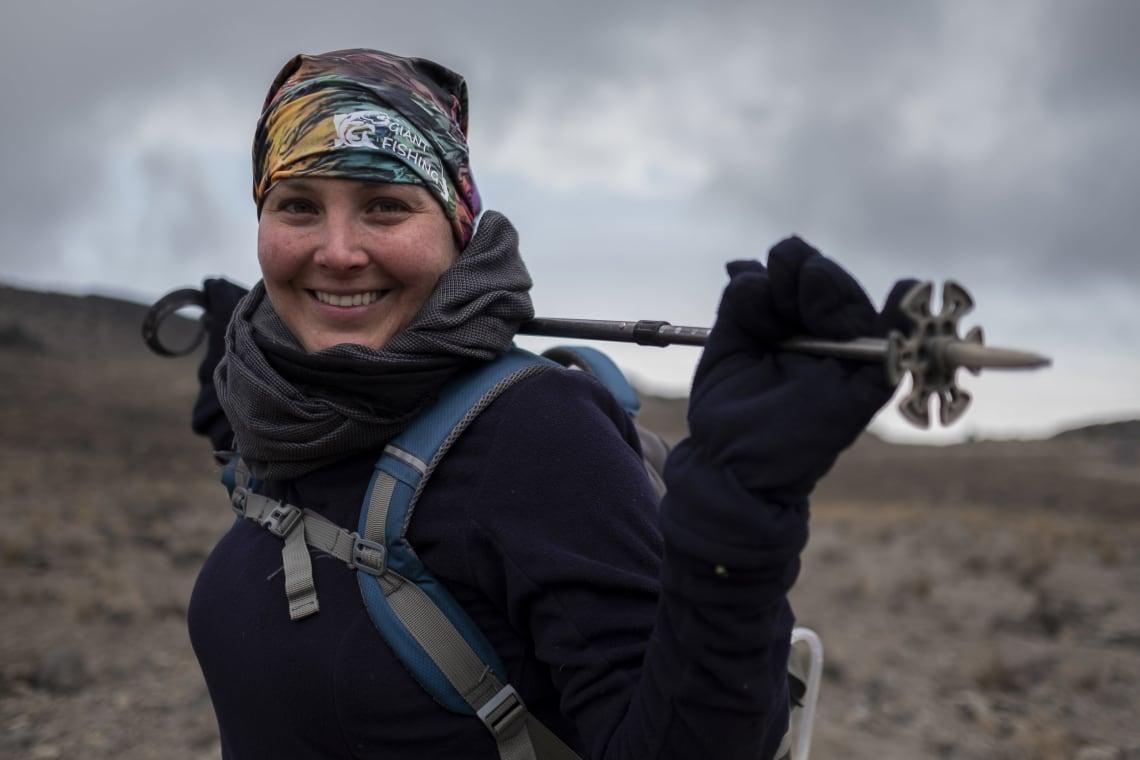 Kilimanjaro: hacer el trekking más alto de África - Worldpackers - viajera subiendo el kilimanjaro
