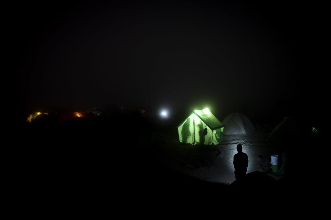 Kilimanjaro: hacer el trekking más alto de África - Worldpackers - carpas en campamento de noche en el Kilimanjaro