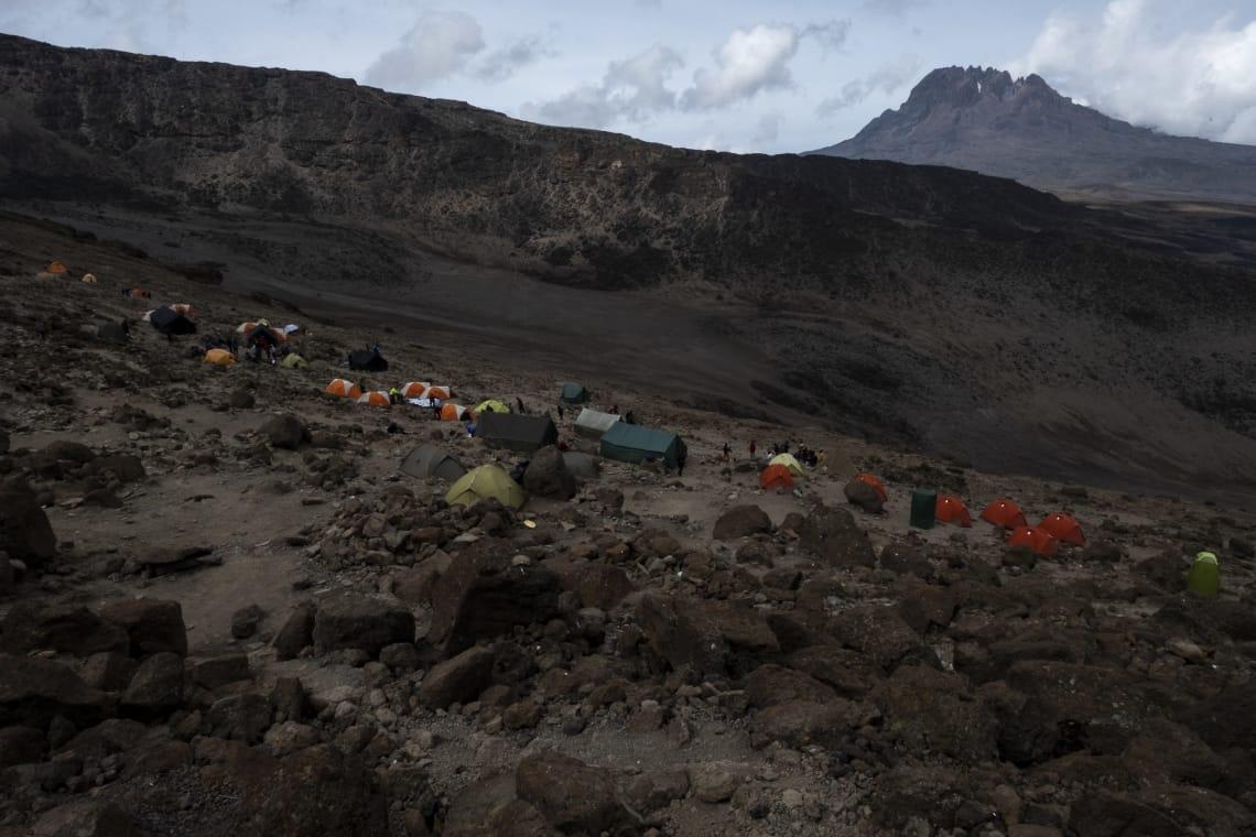 Barafu Camp y al fondo el volcán Mawenzi.