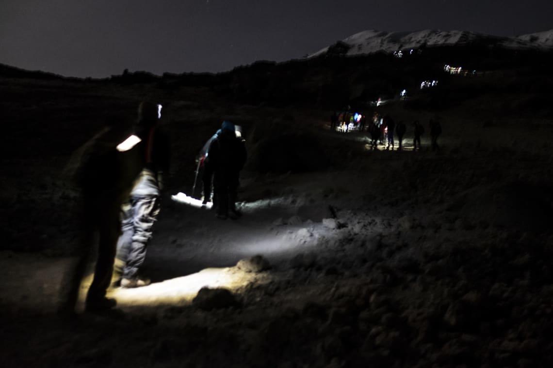 Kilimanjaro: hacer el trekking más alto de África - Worldpackers - viajeros subiendo el Kilimanjaro
